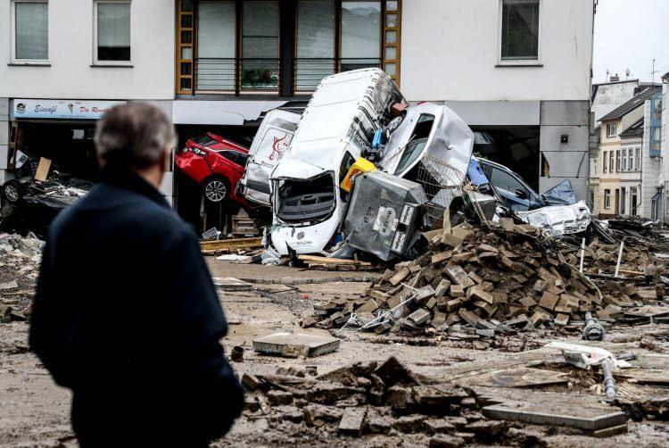 <p>Bazı araçlar da sürüklenmenin etkisiyle binaların içine kadar girdi.</p>