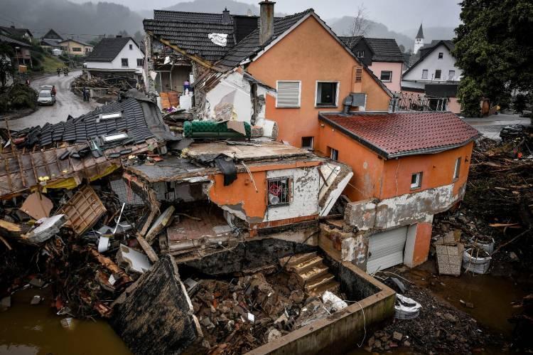 """<p>Meteorologlar,""""Tarihin en pahalıyağmuru""""yorumları yaparken, binlerce evi su bastı.</p>  <p></p>"""
