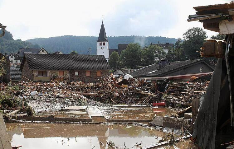 <p>Bonn'un güneyindeki Ahrweiler bölgesini vuran sel suları onlarca evi yıktı</p>