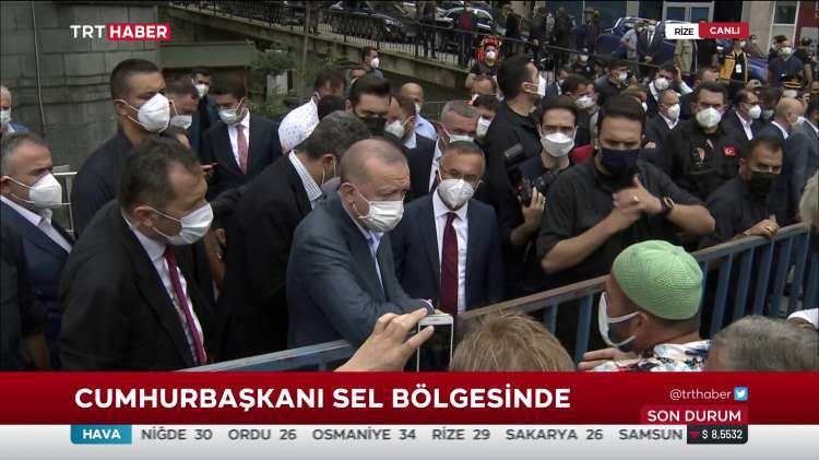 <p>Cumhurbaşkanı Recep Tayyip Erdoğan, cuma namazını Rize'nin Güneysu ilçesindeki Merkez Camisi'nde kıldı.Ardından kentte incelemelerde bulunup, vatandaşın derdini dinledi.</p>