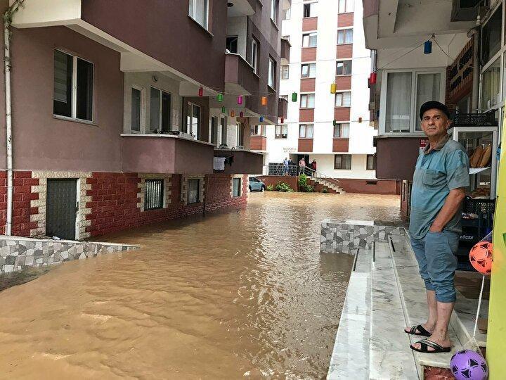 <p>Ardeşen'e bağlı Tunca beldesindeki derelerin su seviyesi yağış nedeniyle yükseldi, Fındıklı'dan geçen Arılı Deresi ise taştı. Bu nedenle tarım arazileri ve yollarda hasar oluştu.</p>