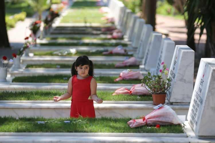 <p>Şehit aileleri Kurban Bayramı arifesinde Şehitliklere gelerek, şehitlerin kabirlerini ziyaret etti. Sabahın erken saatlerinden itibaren şehitliğe gelen şehit yakınları, mezar başlarında Kur'an-ı Kerim okudu, dua etti. Bazı şehit yakınları, kabirlerin bakımını yaptı, mezar taşlarını yıkadı, çiçek dikti.</p>