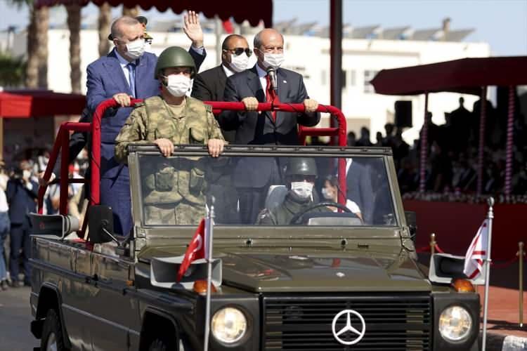 <p>Cumhurbaşkanı Ersin Tatar ile Cumhurbaşkanı Recep Tayyip Erdoğan tören birliklerini denetleyip, halkın bayramını kutladı. Yavuz Çıkarma Plajı'ndan getirilen bayrakların Cumhurbaşkanı Ersin Tatar'a teslim edilmesiyle devam eden tören Cumhurbaşkanı Recep Tayyip Erdoğan ve KKTC Cumhurbaşkanı Ersin Tatar'ın konuşmalarıyla sürdü.</p>