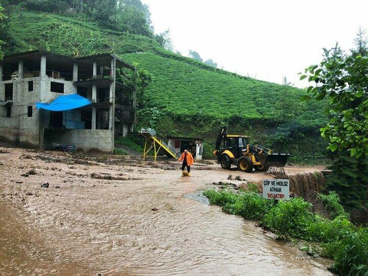 <p>Rize'nin Fındıklı ilçesinde etkili olan sağanak nedeniyle dereler taştı, yollar kapandı. Bazı ev ve iş yerlerinin zemin ve bodrum katlarını su bastı. İlçede mahsur kalanlar için kurtarma çalışması başlatıldı.</p>