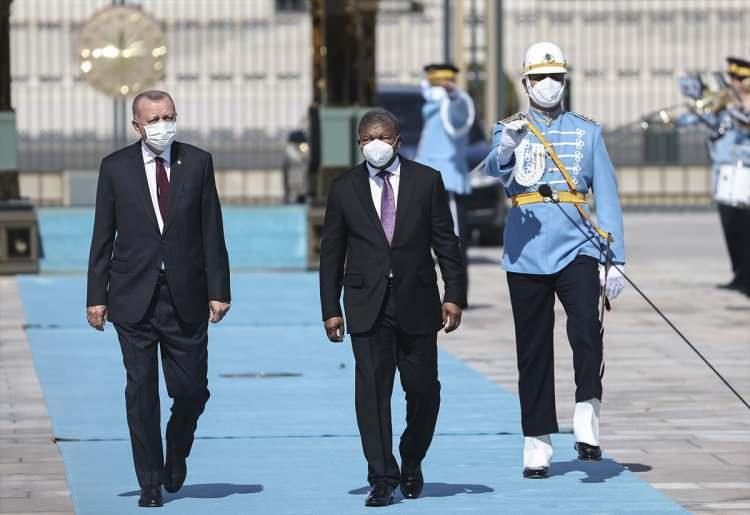 <div>Heyetlerini birbirine takdim eden Erdoğan ve Lourenço, merdivenlerde Türkiye ve Angola bayrakları önünde gazetecilere poz verdi.</div>  <div></div>  <div></div>