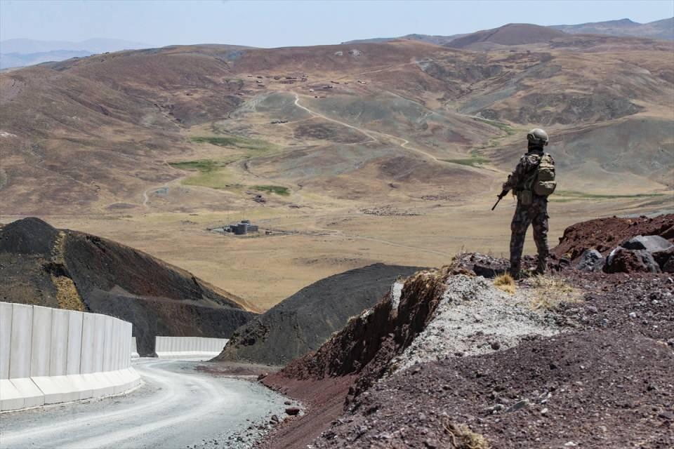 <p>İçişleri Bakanlığımız da diğer illerden bu bölgeye 35 özel harekat timi 50 zırhlı araçla sınır hattında askeri birliklerimize yardımcı olmak üzere bölgeye yönlendirildi.</p>
