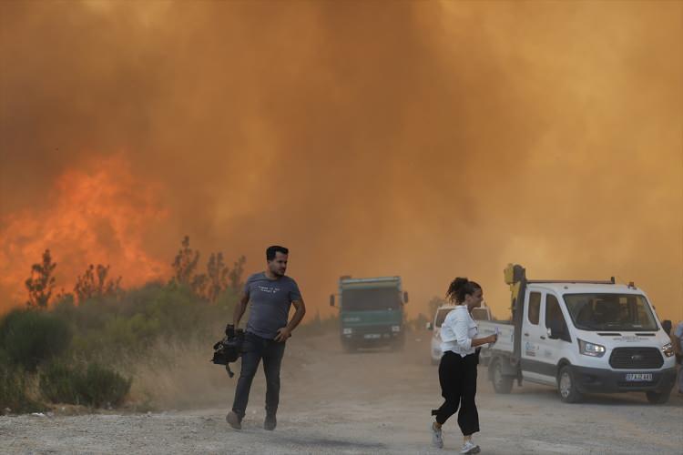 <p>Manavgat ilçesinde 5 gün önce öğle saatlerinde 4 noktada aynı anda başlayan yangın Taşağıl bölgesinde etkisini sürdürüyor. Çok sayıda ekip, vatandaşların da desteğiyle karadan söndürme çalışmaları yürütüyor.</p>