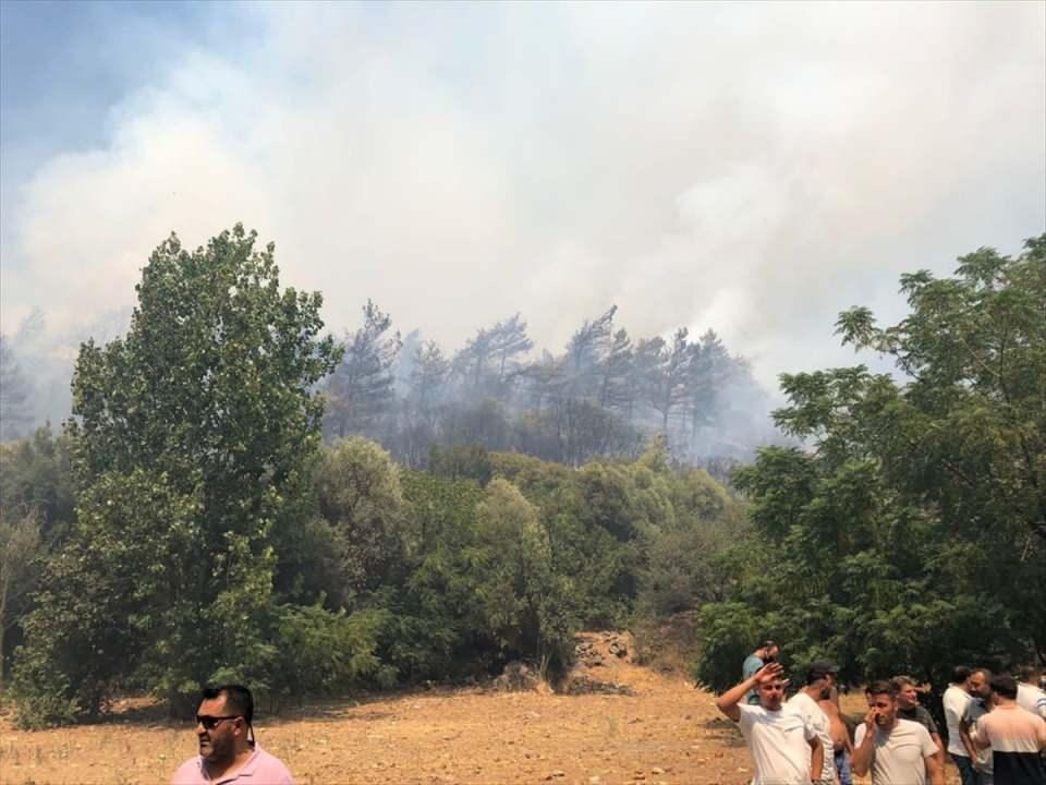 <p>Marmaris'te 27 Haziran'da enerji nakil hatlarından çıkan ve 35 hektar alanın zarar gördüğü yangına yaklaşık 300 metre mesafede çıkan yangına havadan ve karadan müdahale sürüyor.</p>  <p></p>