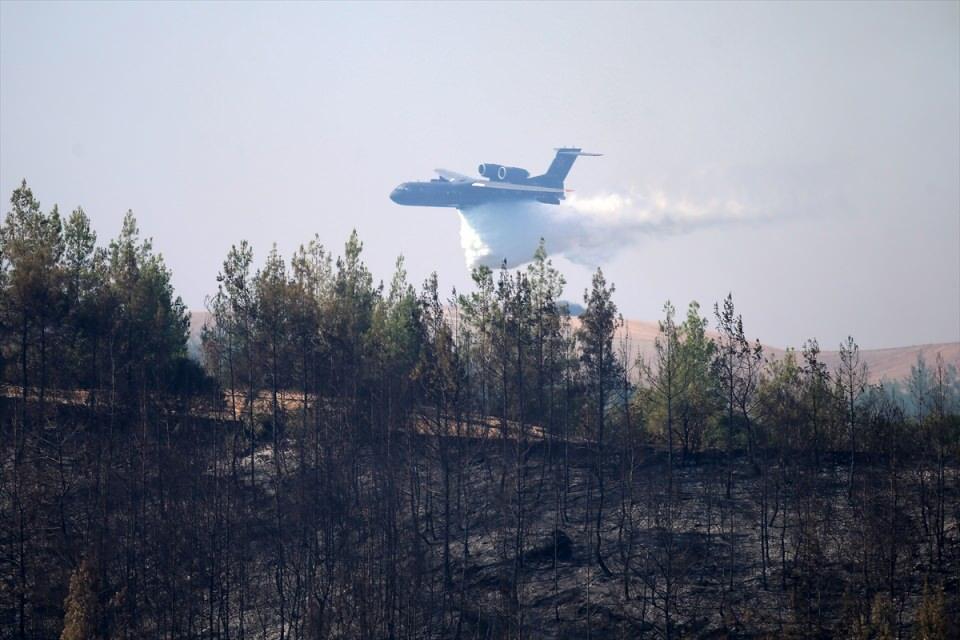 <p>Boztahta Mahallesi'ndeki ormanlık alanda 29 Temmuz'da saat 03.00 civarında çıkan yangını söndürmek için ekiplerin müdahalesi sürüyor.<br /> </p>