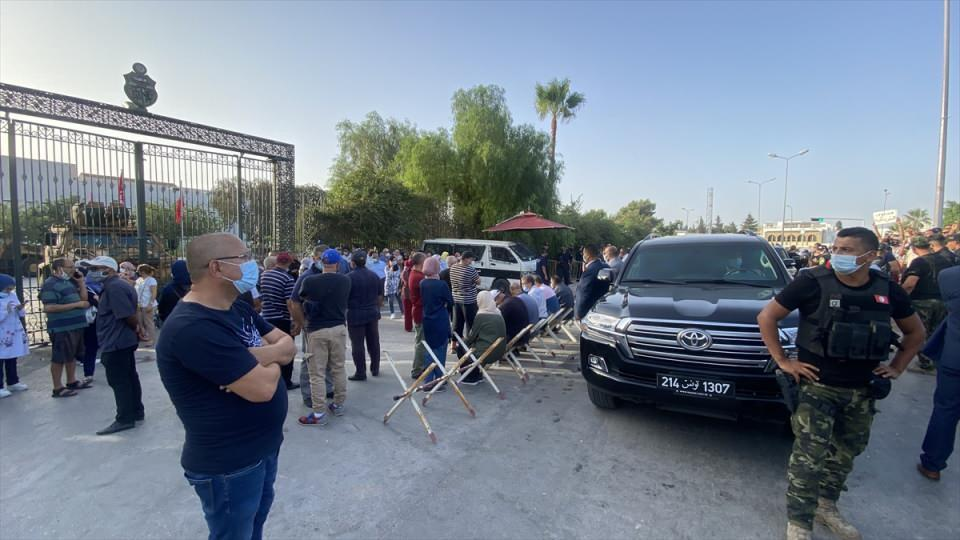 <p>Tunus Cumhurbaşkanı Kays Said'in Meclisin yetkilerini dondurma ve parlamento üyelerinin dokunulmazlıklarını askıya alma kararını duyurmasının ardından, Tunus Meclis Başkanı Raşid el-Gannuşi parlamento binasına geldi.</p>  <p></p>
