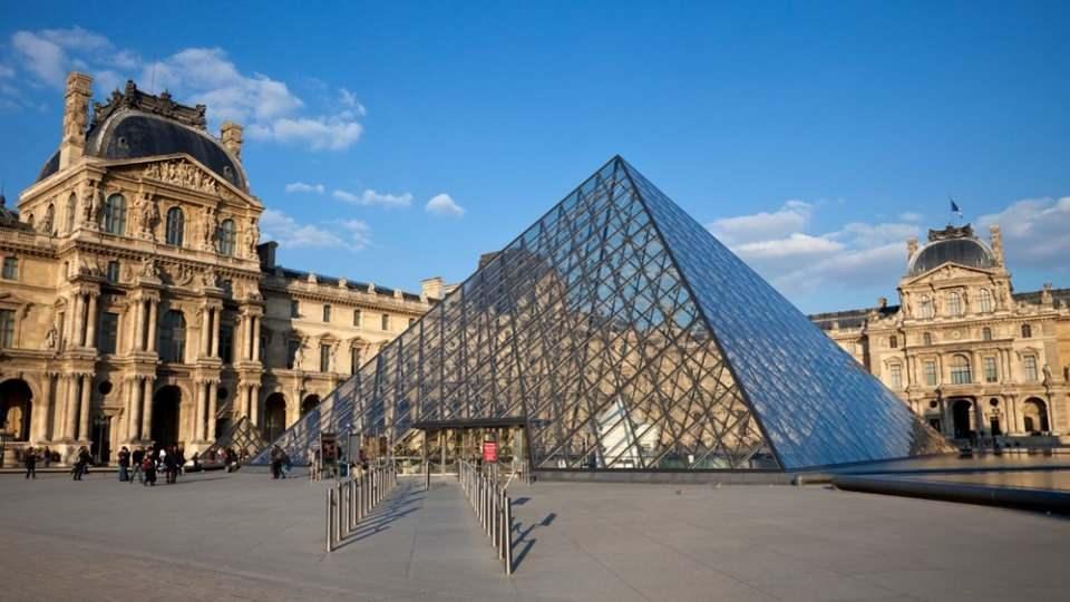 """<p><strong>DÜNYADA İSE 'LOUVRE'</strong><br /> <br /> Ağırlıklı olarak müze ziyareti gerçekleştirmiş kişilerden oluşan anket katılımcıları """"Dünyada hangi müzeyi görmek istersiniz"""" sorusu ise açık ara farkla Fransa'nın başkenti Paris'te bulunan ve Mona Lisa tablosuyla zihinlerde yer eden ünlü 'Louvre Müzesi' karşılığını buldu.</p>"""