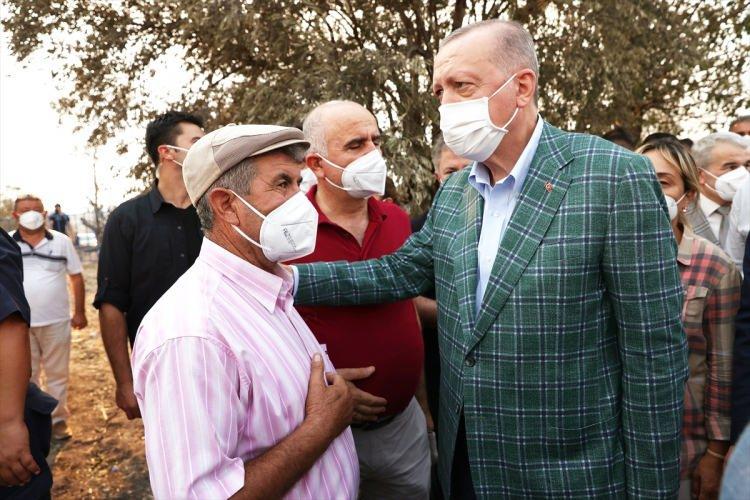 <p>Cumhurbaşkanı Recep Tayyip Erdoğan, Antalya'nın Manavgat ilçesi Kalemler Mahallesi'ni ziyaret ederek vatandaşlara geçmiş olsun dileklerini iletti.</p>