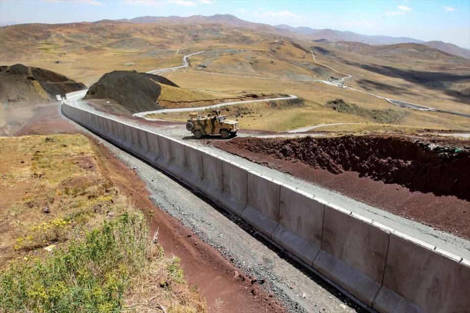 <p>İlgililerden bilgi alan Bilmez, gazetecilere yaptığı açıklamada, Ağrı sınırından başlayarak 64 kilometrelik modüler duvar inşaatının devam ettiğini söyledi.</p>  <p></p>