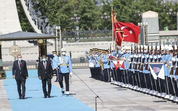 """<div>Lourenço, Muhafız Alayı Tören Kıtası'nı Türkçe, """"Merhaba asker"""" diyerek selamladı. Törende, tarihte kurulan 16 Türk devletini temsil eden bayraklar ve askerler de yer aldı.</div>  <div></div>  <div></div>"""
