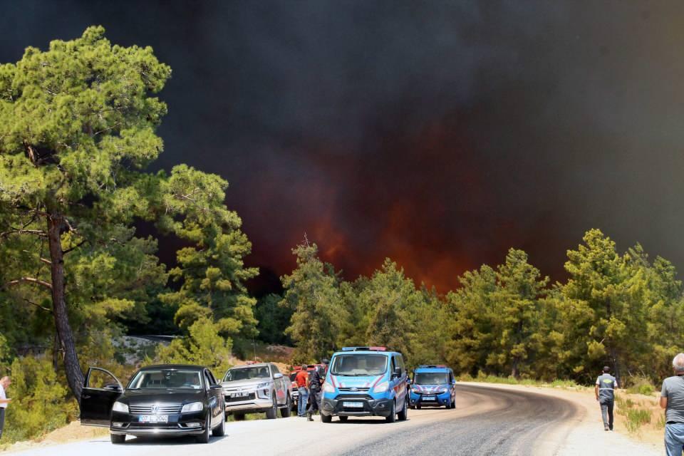 <p>Olayın, çevredeki vatandaşlar tarafından son yıllarda bölgede çıkan en büyük yangın olduğu söyleniyor. Yangına müdahale devam ediyor.</p>  <p></p>