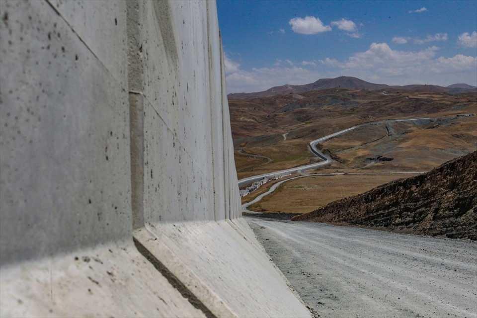 """<p><strong>- """"Sınır hattının tamamına duvar örülecek""""</strong></p>  <p></p>  <p>Van'ın İran'a olan sınırının tamamına duvar örüleceğini belirten Bilmez, şöyle devam etti:</p>  <p></p>  <p>""""64 kilometrenin yıl sonuna kadar bitmesini öngörüyoruz. Ama 63 kilometrelik bir ihale hazırlığı da var. Bu sene içinde ihale edilmesini bekliyoruz. 295 kilometrelik sınırımızın tümünün duvarı önümüzdeki yıllar içinde örülecek. Iğdır ve Ağrı tarafında duvar örme işi hemen hemen bitti. Van ve Hakkari de duvar örülüyor.</p>"""