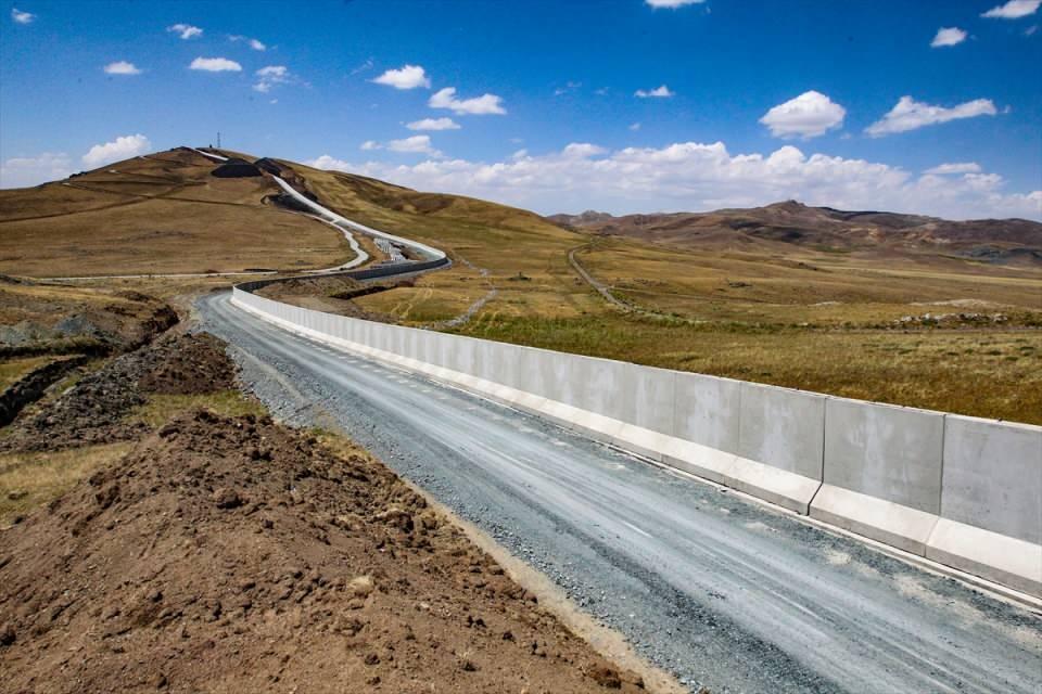 <p>64 kilometrelik bölümün inşaatı devam ediyor. 63 kilometrelik kısmı da ihale edilirse yer teslimini yaparız. Sisli, görüntü alınamayacak anlarda göçmenler dere yataklarından İran'daki köylerden buradaki köylere aktarılıyor. Birliklerimiz buraları kontrol altında tutuyor.</p>