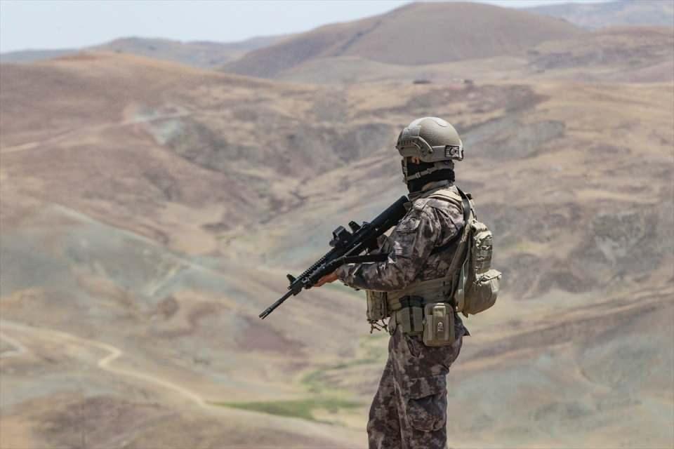 <p>Bunlardan 500'ü Çaldıran'da konuşlandırıldı, 250'si de Saray bölgesinde görev yapacak. Ayrıca burada sınır hattının hemen gerisinde sürekli devriye gezen, nöbet tutan jandarma ekiplerimize de Elazığ, Bingöl, Muş ve Kars'tan da 3 bölük bir tabur görevlendirildi.</p>