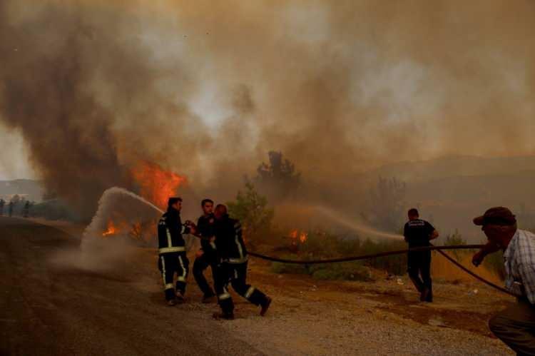 <p>Antalya'nın Manavgat ilçesinde devam eden orman yangınında yola kadar çıkan alevleri söndürmeye çalışan itfaiye erleri, alevlerin bir anda bulundukları bölgede yükselmesiyle büyük tehlike atlattı.<br /> </p>