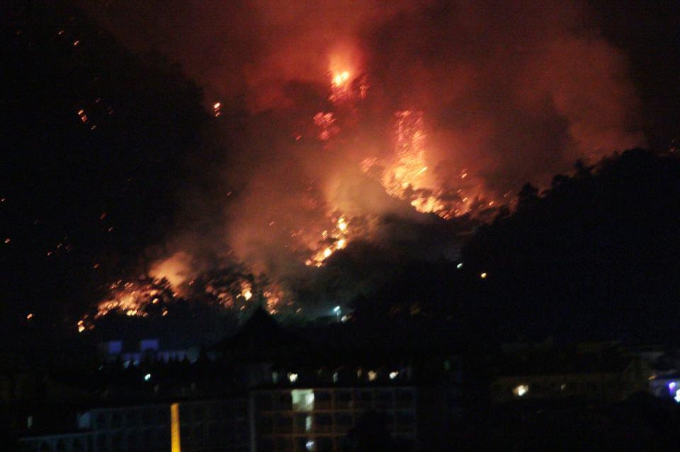 <p>Havanın kararmasından sonra helikopterler devre dışı kalırken, arazöz ve itfaiye araçları gece boyunca yangına müdahale etti.<br /> </p>