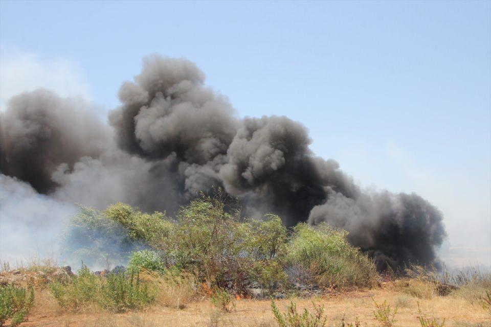 <p>Tüm müdahalelere rağmen kontrol alınamayan yangın devam ederken, bir başka yangın haberi de Manavgat Merkez olmak üzere Sorgun, Side ve Sarılar bölgelerinden geldi.</p>  <p></p>