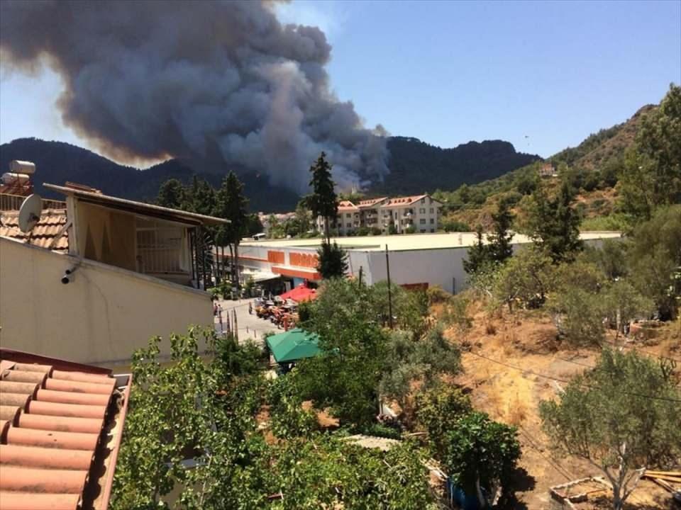 <p>Havadan ve karadan müdahale edilen yangın, kontrol altına alınmaya çalışılıyor.</p>