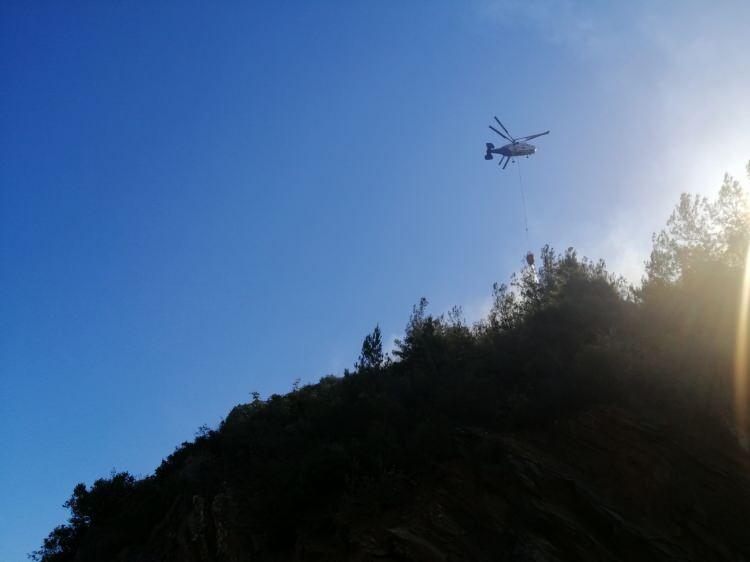 <p>Bu helikopterler uçakların su ikmali yapabildiği su kaynaklarının yanı sıra, OGM tarafından her 5 km de bir tane olacak şekilde yapılan göletlerden de su ikmali yapabiliyor ve bu sayede 1 saatte 8 su ikmali gerçekleştirebiliyor.</p>