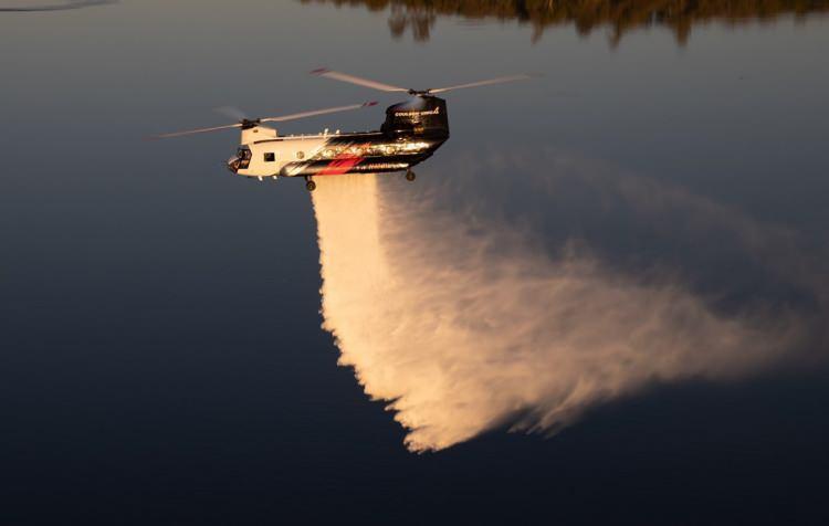 <p>Yangınla mücadede 2 adet de CH-47 Chinook helikopteride görev yapıyor.</p>