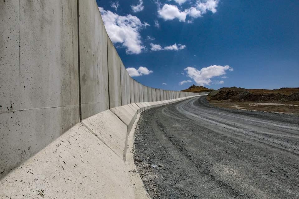 <p>Van Valisi Mehmet Emin Bilmez, Türkiye-İran sınır güvenliğinin sağlanması, yasa dışı geçişler ile kaçakçılık faaliyetlerinin önlenmesi ve teröristlerin sızmasının engellenmesi amacıyla 295 kilometrelik sınır hattının tamamına duvar örüleceğini belirtti.</p>  <p></p>