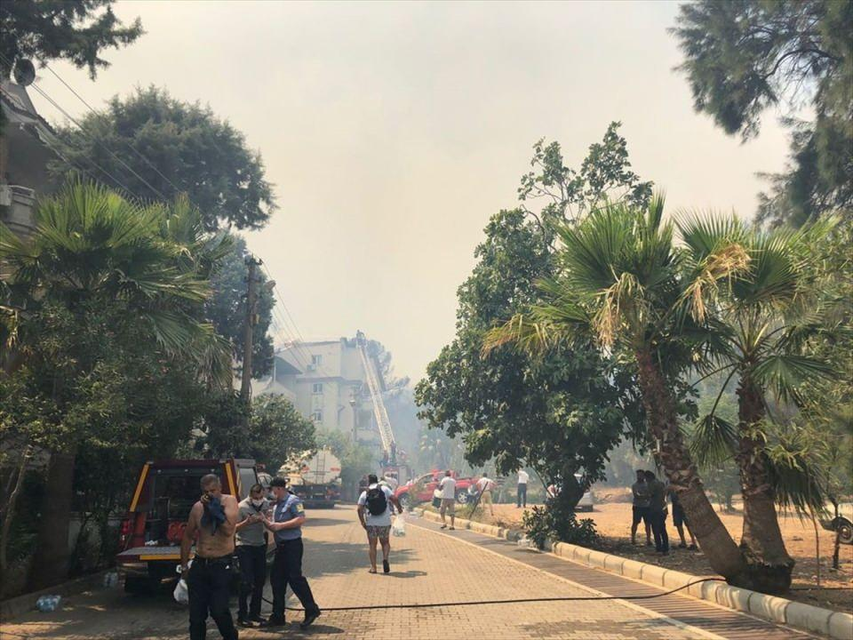 <p>Yerleşim yeri ve otellere 100 metre mesafedeki yangın bölgesine 1 helikopter, 7 arazöz ve su tankerleri ile çok sayıda orman işçisi sevk edildi.</p>