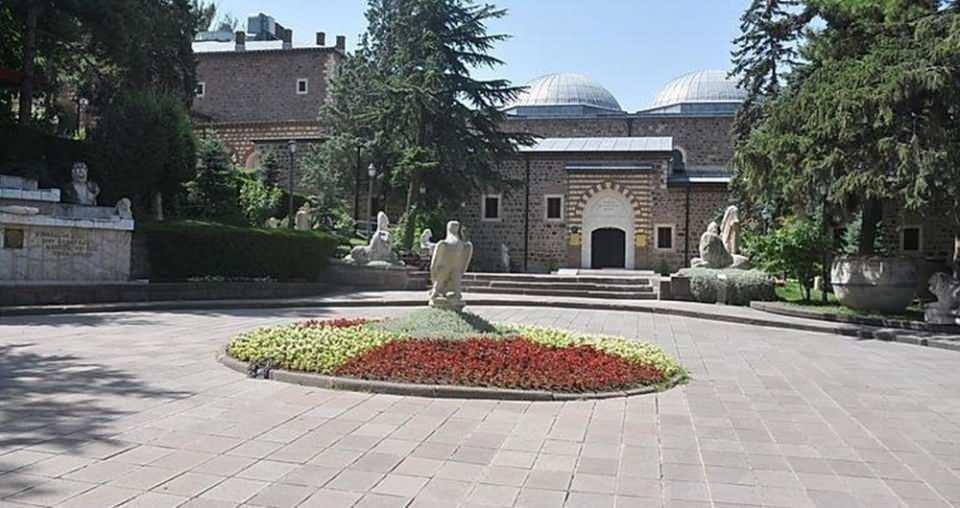 <p><strong>1- ANADOLU MEDENİYETLERİ MÜZESİ / ANKARA</strong><br /> <br /> Katılımcıların oğunluğu 1921 yılından beri Ankara'da hizmet veren tarih ve arkeoloji ağırlıklı 'Anadolu Medeniyetleri Müzesi' yanıtını verdi.</p>