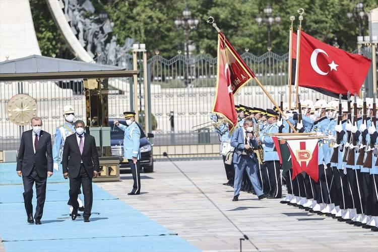<div>Cumhurbaşkanı Erdoğan, Lourenço'yu, Cumhurbaşkanlığı Külliyesi'nin ana giriş kapısında karşıladı. İki Cumhurbaşkanının tören alanındaki yerlerini almalarının ardından, 21 pare top atışı eşliğinde iki ülkenin milli marşları çalındı.</div>  <div></div>  <div></div>