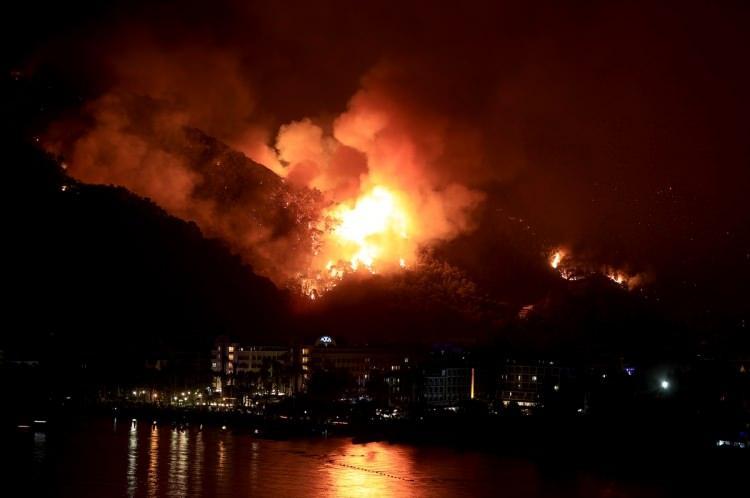 <p><strong>MARMARİS</strong></p>  <p>Muğla'nın Marmaris ilçesinde öğlen saatlerinde başlayan orman yangını devam ediyor.</p>  <p></p>