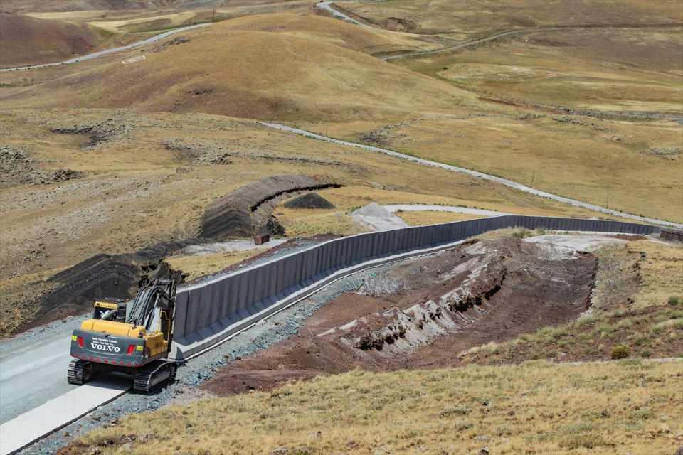 """<p><strong>- """"Yıl sonuna kadar 160 kilometre hendek kazılacak""""</strong></p>  <p>Yıl sonuna kadar 64 kilometrelik duvarın yapımını bitirmeyi hedeflediklerini kaydeden Bilmez, şu ana kadar duvarın 3,5 kilometrelik kısmının tamamlandığını bildirdi.</p>  <p></p>"""