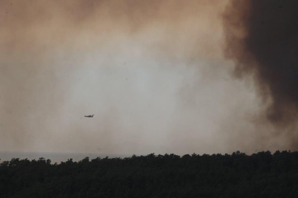 <p>İtfaiye ekipleri, yangının yerleşim yerlerine sıçramaması için büyük çaba sarf ederken, dumandan etkilenen vatandaşlar için bölgede ambulanslar ve sağlık ekipleri görev alıyor.</p>