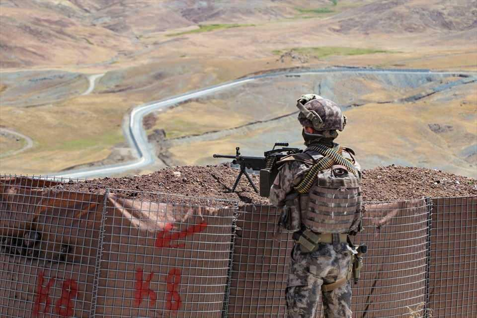 <p>Bilmez, beraberinde İl Jandarma Komutanı Tuğgeneral Yüksel Yiğit, İl Emniyet Müdürü Atanur Aydın ile Van'ın Çaldıran ilçesindeki İran sınırında devam eden modüler duvar örme ve hendek kazma çalışmalarını inceledi.</p>  <p></p>