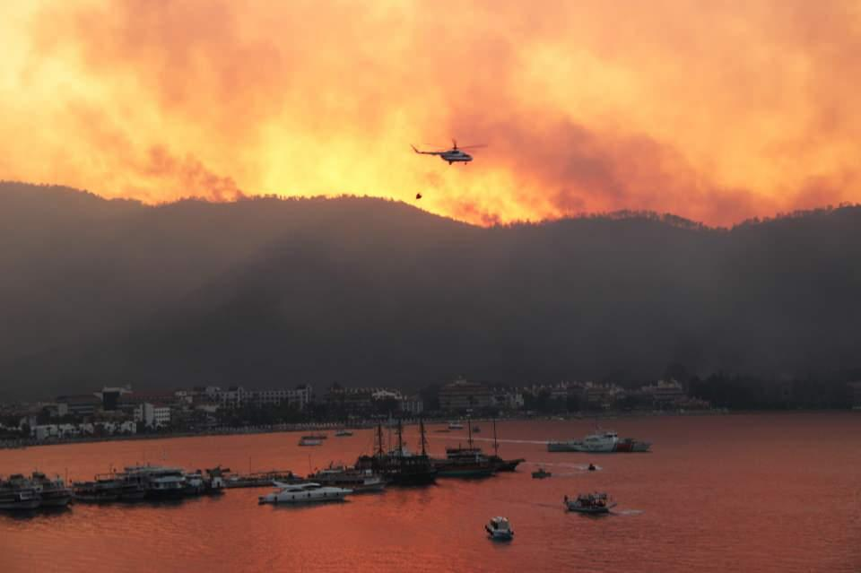 <p>Muğla'nın Marmaris ilçesinde dün saat 13.05'de Armutalan Üntaş Sitesinin üst bölümünde başlayan orman yangını yüzlerce hektar alanda etkili oluyor.<br /> </p>