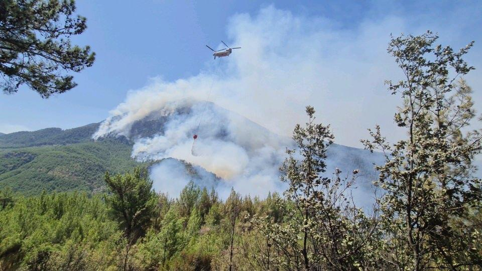 <p>Yangın söndürme çalışmalarına çok sayıda vatandaş da destek veriyor.<br /> </p>