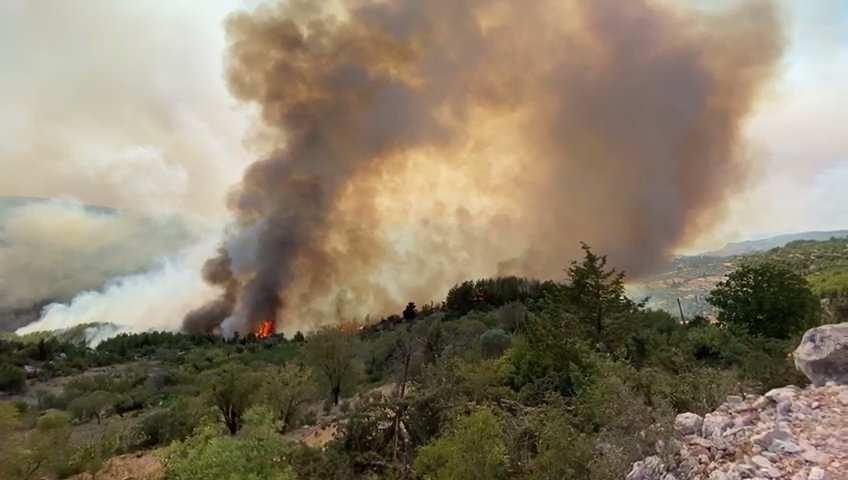 <p>Kepezbeleni Mahallesi'ndeki ormanlık alanda 29 Temmuz gecesi çıkan yangında söndürme çalışmaları sürüyor.</p>