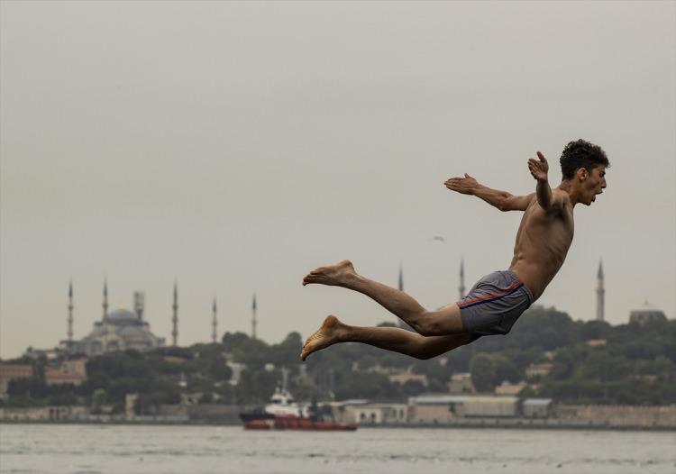 <p>İstanbul'da etkisini sürdüren sıcak hava ve nemden bunalan bazı vatandaşlar, Üsküdar Salacak Sahili ve Kız Kulesi yakınlarında denize girerek serinlemeye çalıştı.</p>