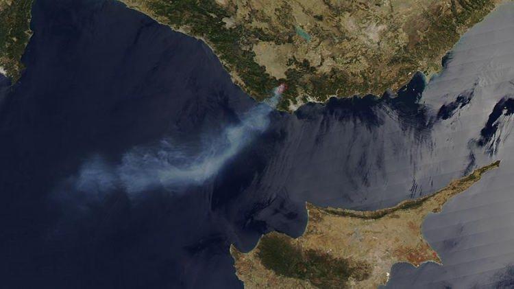 <p>Ege ve Akdeniz'i etkisi altına alan orman yangınları günlerdir devam ediyor. Son 6 günde 152 yangın kontrol altına alındı. 6 ilde ise 11 yangın devam ediyor. Yangınlar sonrası doğadaki tahribat uyduya böyle yansıdı.</p>  <p></p>