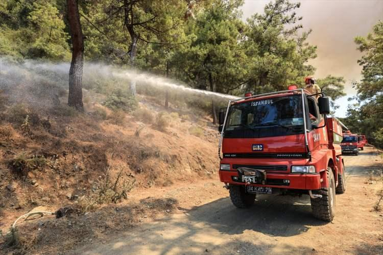 <p>Orman ve itfaiye ekiplerinin söndürme çalışmalarına, bölge sakinleri de destek veriyor. Alevlerin bir an önce söndürülmesi için yoğun bir çaba sarf ediliyor.</p>  <p></p>