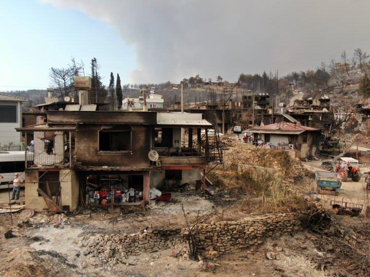 <p>Antalya'nın Manavgat ilçesinde çıkan yangında ilk günde alevlerin esiri olan bir çok evin yandığı Kalemler Mahallesi havadan drone ile görüntüledi.<br /> </p>