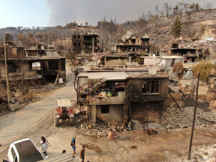 <p>Manavgat ilçesinde 5 gün önce, 4 farklı noktada aynı anda başlayan yangını söndürme çalışmaları devam ediyor.</p>