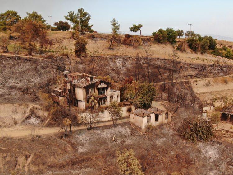 <p>Yangının ilk çıktığı noktalardan biri olan Kalemler Mahallesi çıkan alevlerle yerler bir oldu. Yerleşik yabancılarında yaşadığı mahalledeki tüm evler yandı.</p>