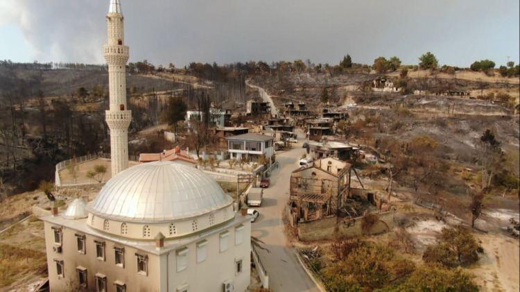 <p>Restore edilen bir çok taş ev ve ahşap yapıların yıkıldığı görüldü. Savaş alanının andıran mahalledeki görüntü havadan drone ile görüntülendi.</p>