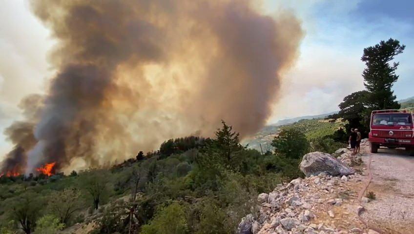 <p>Antalya'nın Akseki ilçesindeki orman yangınına havadan ve karadan müdahale devam ediyor.<br /> </p>