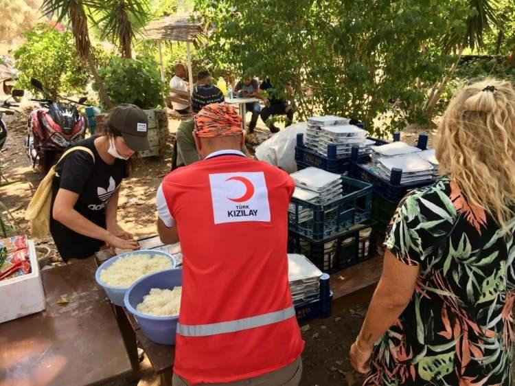 <p><strong>GÜNLÜK 10 BİN 185 KİŞİLİK SICAK YEMEK HİZMETİ</strong></p>  <p>Gıda kolisi, hijyen malzemesi, kumanya, içecek ve su gibi yardım malzemelerinin gün boyunca ihtiyaç bölgelerine ulaştırılmasını sağlayan Kızılay, günlük 10 bin 185 kişilik sıcak yemek hizmeti sunuyor.</p>  <p>Yangın bölgelerinin durumlarını yakından takip eden Kızılay ekipleri, ihtiyaca göre de ekiplerini yönlendiriyor.</p>