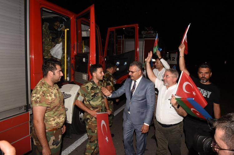 <p><strong>AZERBAYCAN'DAN 220 KİŞİLİK EKİP TÜRKİYE'DE</strong></p>  <p>Türkiye'nin farklı noktalarında çıkan orman yangınlarıyla mücadeleye destek için Azerbaycan'dan gelen 220 kişilik ekip önceki gece saatlerinde ülkeye giriş yaptı. 41'i itfaiye aracı olmak üzere toplam 53 araçlık konvoy, Ordu'da yakıt ikmali yaptı. Ekip daha sonra yola devam etti.</p>