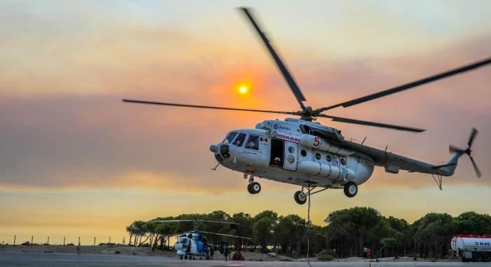 <p><strong>SU TANKI 2,6 TON SU ALIYOR</strong></p>  <p>Helikopterlerin su atışı yaptığı tankın içine çok sayıda kişi rahatlıkla girebiliyor. Büyük boyutlarda üretilen tank, helikopterin alt kısmına mekanizmayla bağlanıyor. Su doldurma havuzlarına giden helikopter, 2 bin 600 kilo suyu hazneye doldurup, yangın bölgesine geldiğinde tankın alt kısmından suyu bırakıyor.</p>
